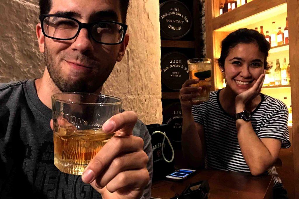 No final, você pode escolher entre uma dose de Jameson ou um drink com a bebida